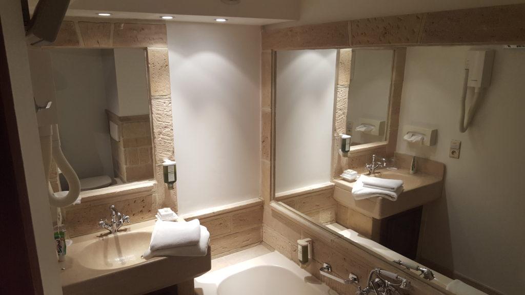 Badezimmer im Zimmer 21 im Hotel Waerboom in Brüssel