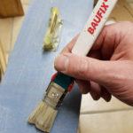 Lasieren einer Schublade mit Pinsel